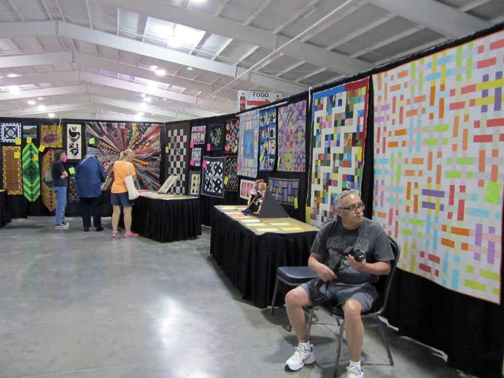 The silent auction at the 2017 Ozark Piecemakers Quilt Show in Spring eld, Missouri. Photo courtesy Ozark Piecemakers Quilt Guild.